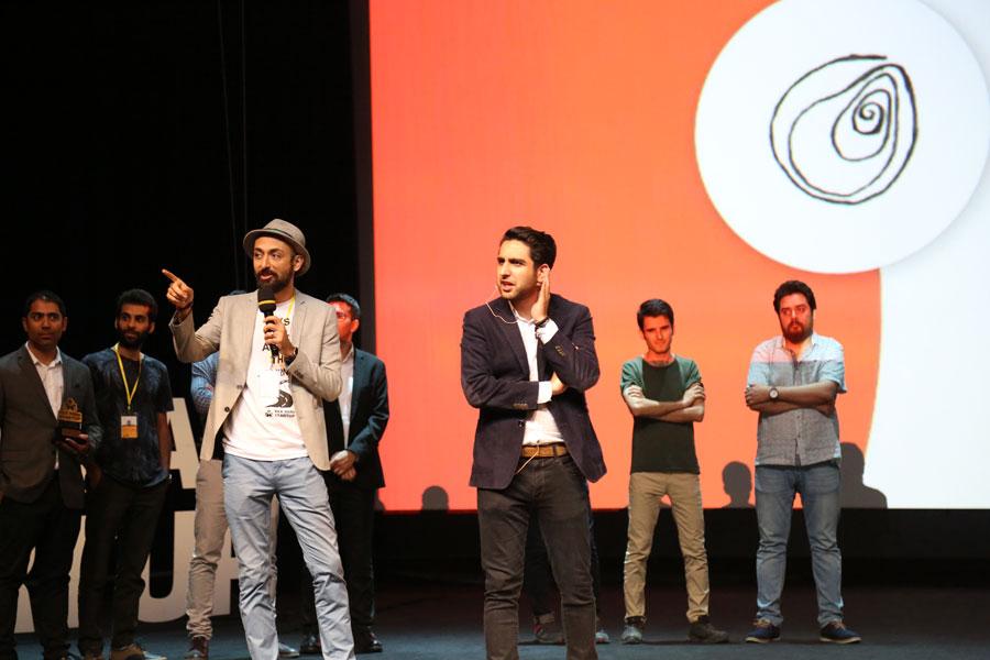 هادی فرنود و علیرضا جوزی، هم بنیانگذاران رویداد، در حال اعلام برندگان
